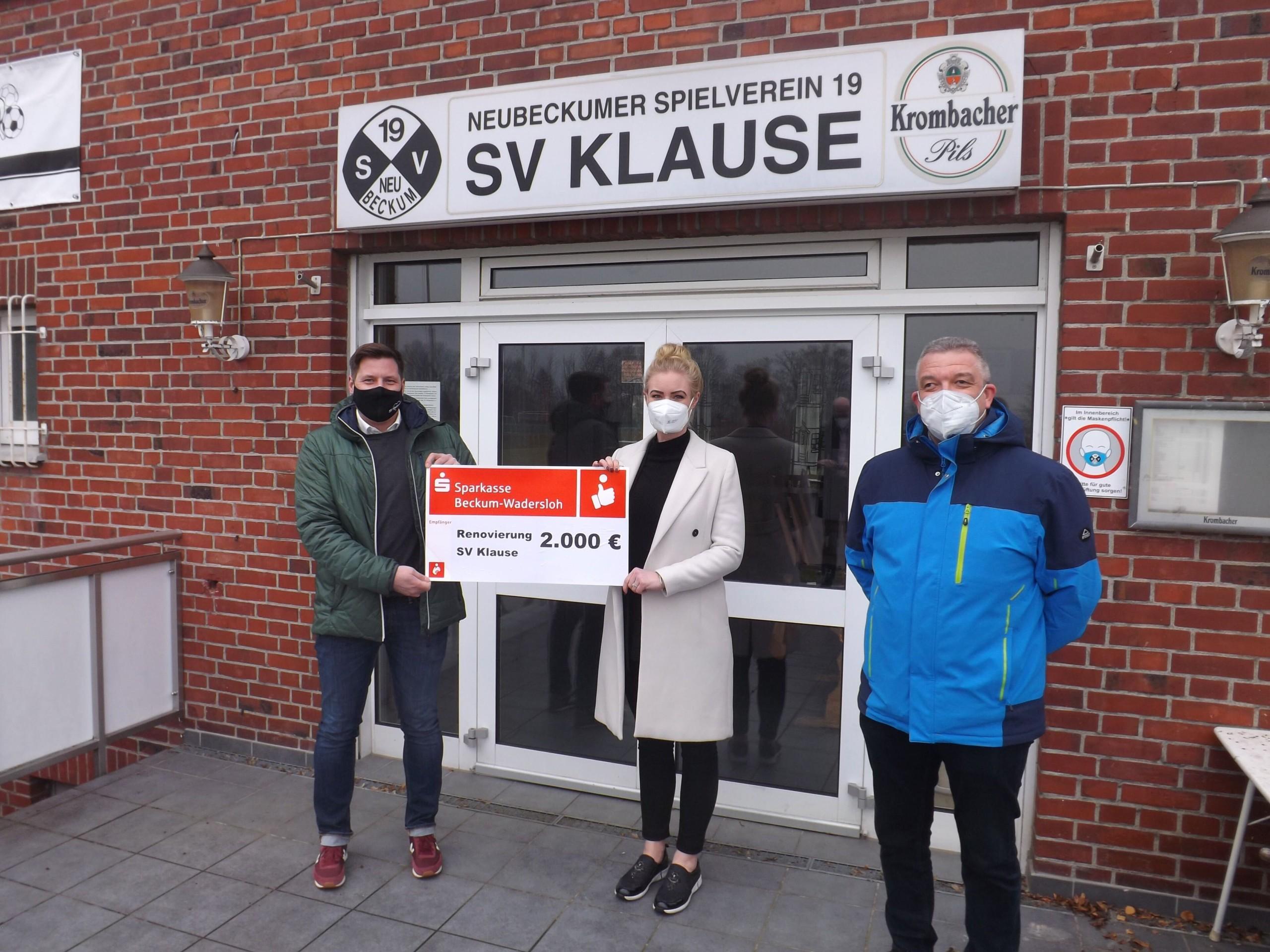 Für die SV Klause – Sparkasse überreicht Spende